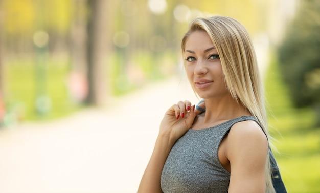 Belo retrato de uma mulher sorridente