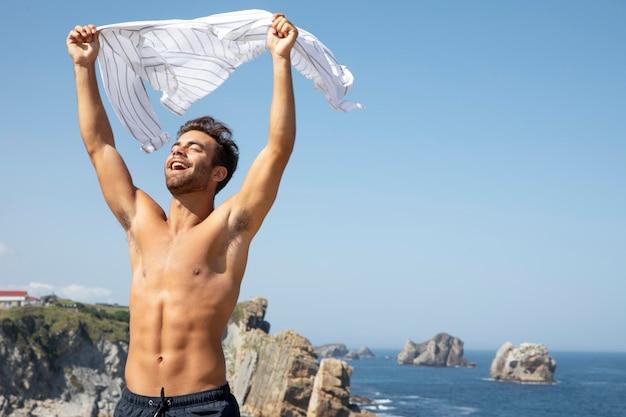 Belo retrato de viajante masculino sem camisa