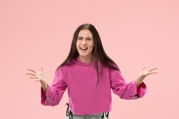Belo retrato feminino com metade do corpo isolado na parede rosa da moda