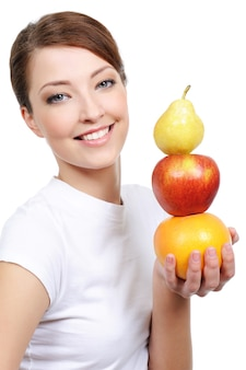 Belo retrato feminino com representação de frutas isoladas