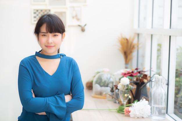 Belo retrato jovem mulher asiática sorrindo sentado no café