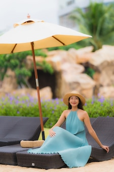 Belo retrato jovem mulheres asiáticas sorriso feliz relaxar ao redor da praia mar oceano