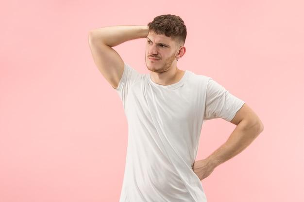 Belo retrato masculino com metade do corpo isolado em um estúdio rosa moderno