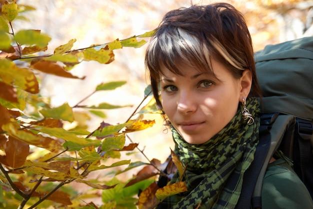 Belo retrato na floresta de outono