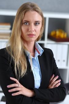 Belo retrato sorridente de mulher de negócios no local de trabalho olhando diretamente