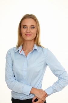 Belo retrato sorridente de mulher de negócios no local de trabalho