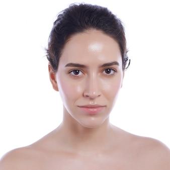 Belo rosto de mulher adulta jovem com pele fresca limpa - isolado no branco