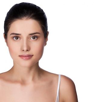 Belo rosto de mulher adulta jovem com pele fresca limpa