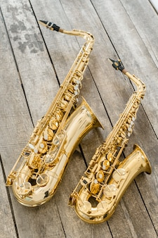 Belo saxofone dourado no chão de madeira