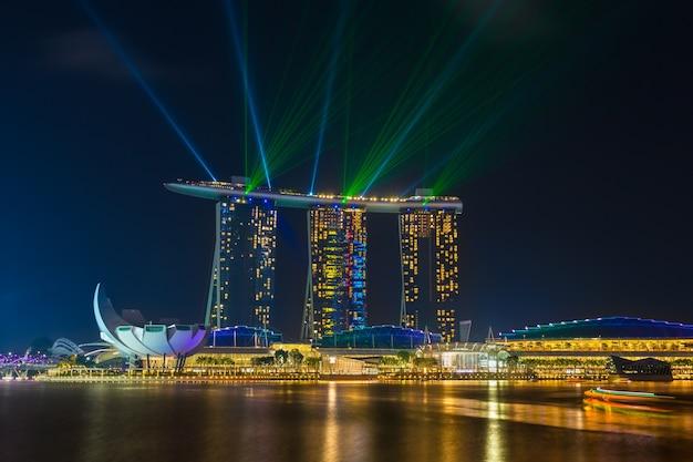 Belo show de laser no marina bay sands no marco da noite de singapura