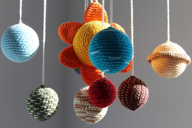 Belo sistema solar artesanal. decoração do quarto. sol e planetas