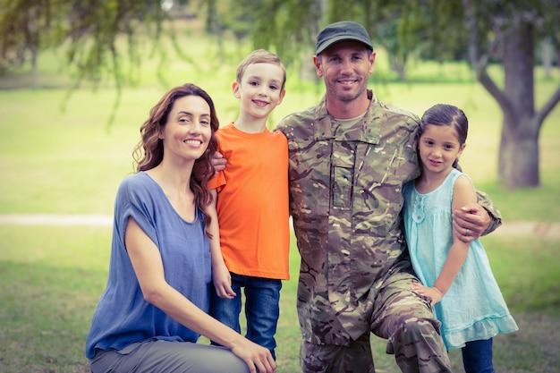 Belo soldado reuniu-se com a família