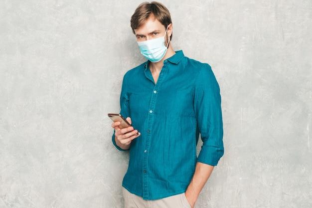 Belo sorridente hipster lumbersexual empresário modelo vestindo roupas de camisa jeans casuais.