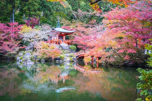 Belo templo de daigoji com árvore colorida e folhas na temporada de outono