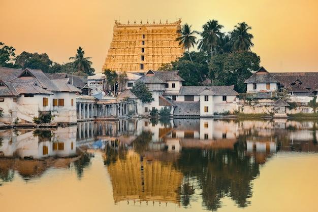 Belo templo padmanabhaswamy refletido em uma lagoa ao pôr do sol, cidade de thiruvananthapuram, kerala, sul da índia
