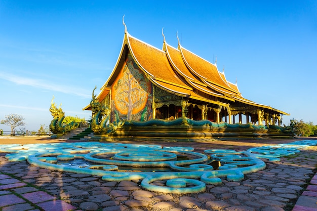 Belo templo phu orgulhoso no distrito de sirindhorn, província de ubon ratchathani, tailândia