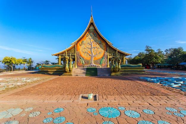 Belo templo phu orgulhoso no distrito de sirindhorn