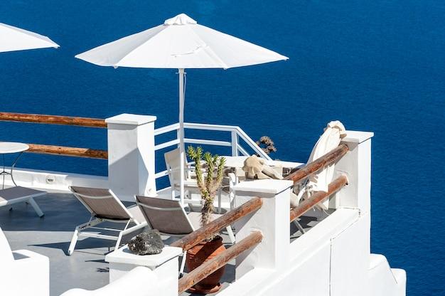 Belo terraço com vista para o mar em santorini
