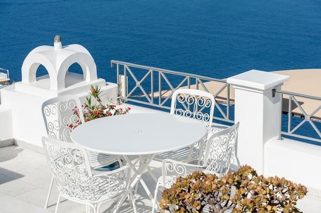 Belo terraço sobre o mar de santorini