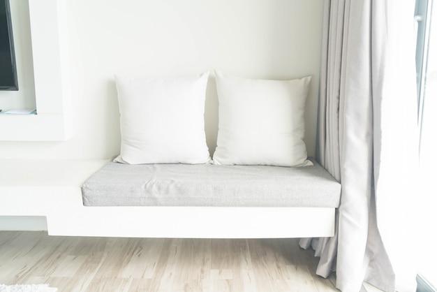 Belo travesseiro na decoração do sofá na sala de estar