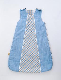 Belo vestido infantil para o verão isolado no branco