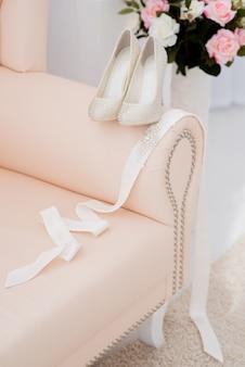 Belos acessórios de noiva para noivas durante as taxas. penteadeira.