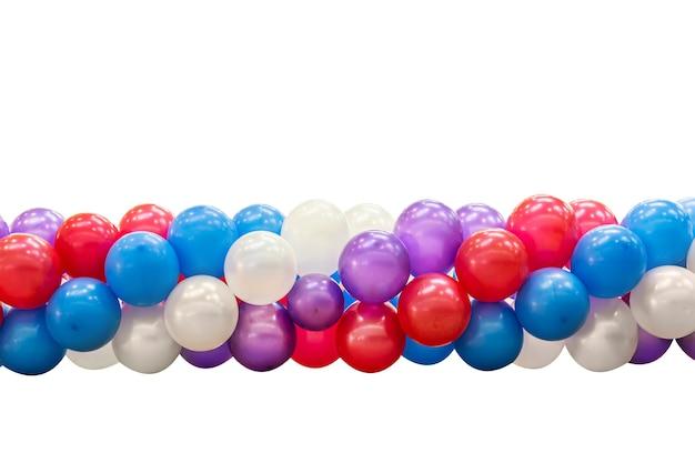 Belos balões amarrados coloridos isolados no fundo branco. textura de infância surpresa multicolorida.