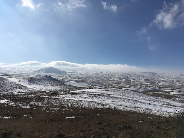 Belos campos cobertos de neve e incrível céu nublado