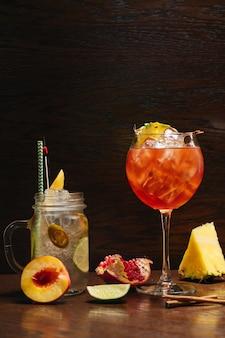 Belos deliciosos coquetéis alcoólicos na mesa do restaurante. ponche real, spritz de aperol, à moda antiga e limonada.