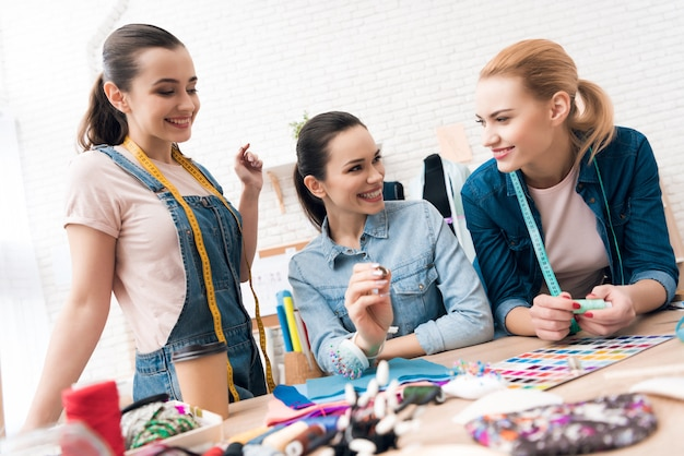 Belos designers escolhem tópicos para seus produtos.