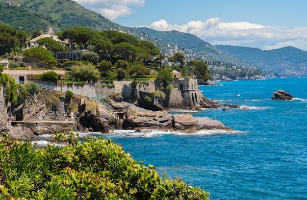 Belos jardins nervi, à beira-mar. genoa, itália
