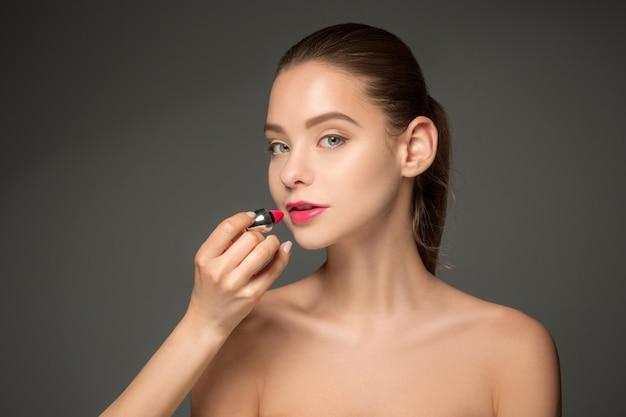 Belos lábios femininos com maquiagem e pincel