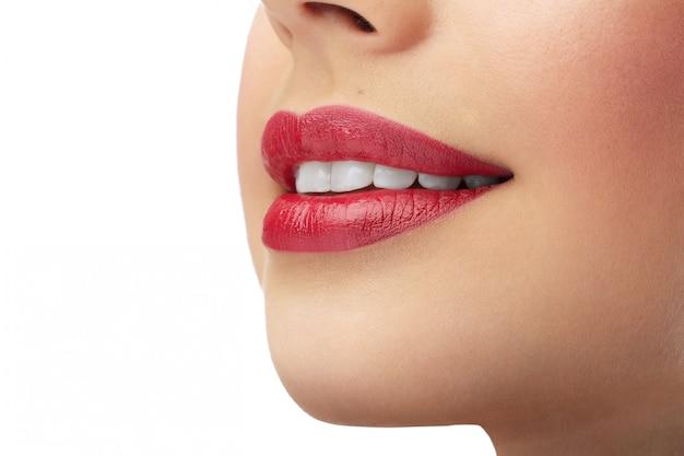 Belos lábios femininos vermelhos com dentes brancos limpos