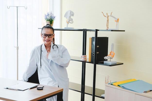 Belos médicos se levantam para aplaudir os pacientes no escritório.