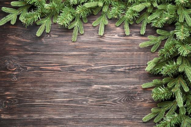 Belos ramos de pinheiro em madeira