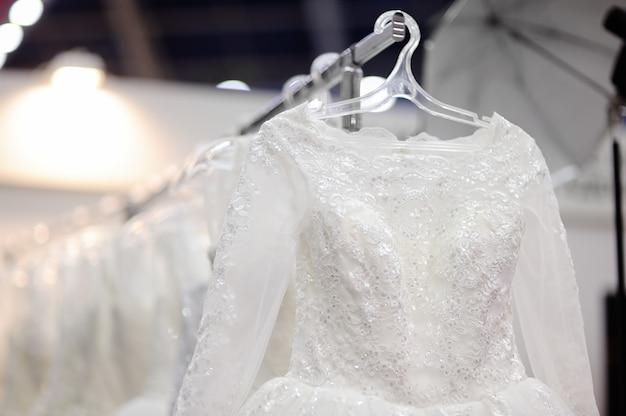 Belos vestidos de noiva ou vestidos de dama de honra em um manequim. compras de casamento