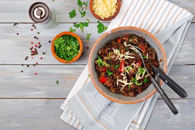 Beluga de lentilha preta com legumes. menu quaresmal. comida vegana. vista do topo