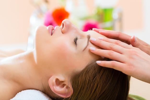 Bem-estar - mulher recebendo massagem na cabeça no spa