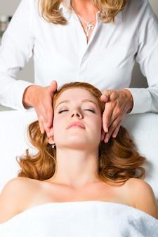 Bem-estar, mulher recebendo massagem na cabeça no spa