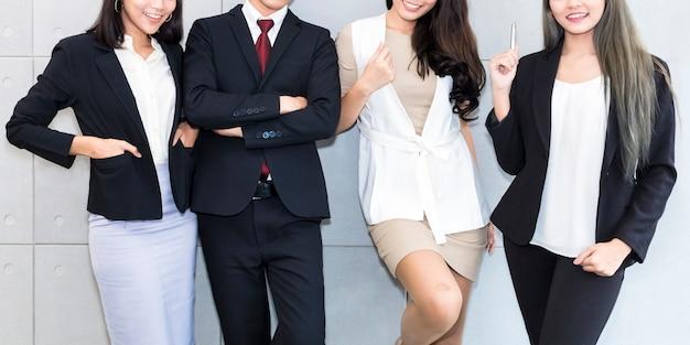 Bem sucedida empresa com trabalhador de escritório de equipe de negócios multirracial feliz