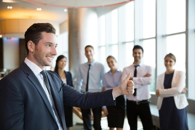 Bem sucedida masculino líder de negócio e equipe