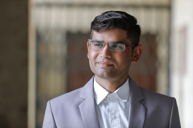 Bem sucedido empresário indiano vestindo terno