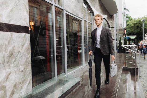 Bem sucedido jovem empresário em uma roupa formal