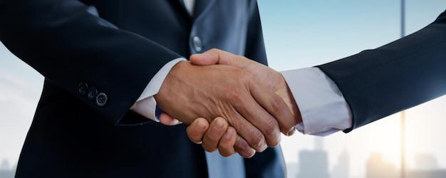 Bem sucedido negociar e conceito de aperto de mão, dois empresário apertar a mão com parceiro para celebração de parceria e trabalho em equipe, negócio