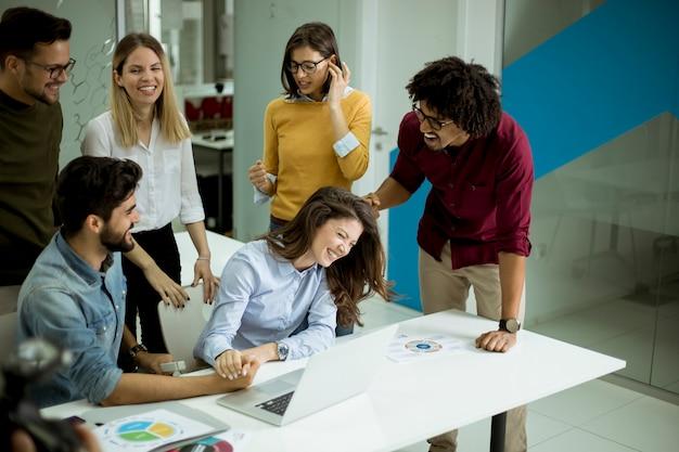 Bem sucedidos jovens empresários tendo reunião no escritório moderno
