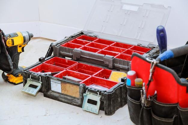 Bem usadas ferramentas antigas e caixa de ferramentas vermelha