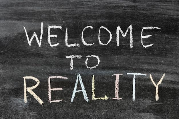 Bem-vindo à frase de realidade escrita à mão no quadro negro da escola