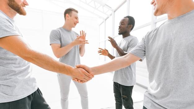 Bem-vindo aperto de mão de amigos em um escritório brilhante. conceito de cooperação