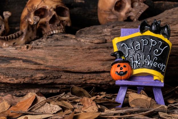 Bem-vindo bordo do partido de halloween com crânio humano e fundo da floresta