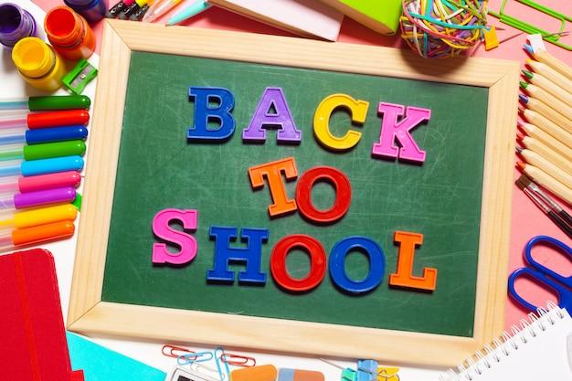 Bem-vindo de volta à escola banner; material escolar